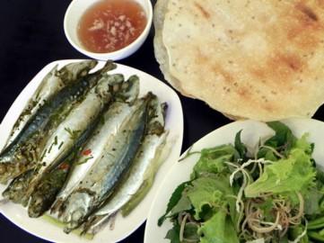 Cá nục hấp ăn bánh tráng & rau sống