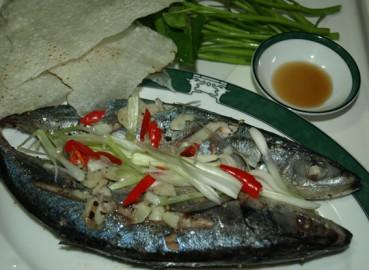 Cá nục (chuối) hấp ăn với bánh tráng & rau muống