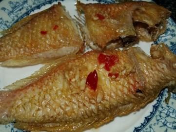 Cá mó chiên giòn ăn cùng nước mắm ớt tỏi chanh đường